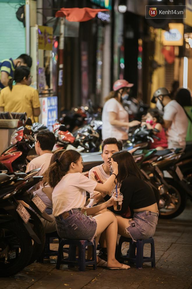 """Sài Gòn nhộn nhịp trong buổi tối nghỉ lễ đầu tiên: Khu vực trung tâm dần trở nên đông đúc, nhiều người lo sợ vẫn kè kè"""" chiếc khẩu trang bên mình-15"""