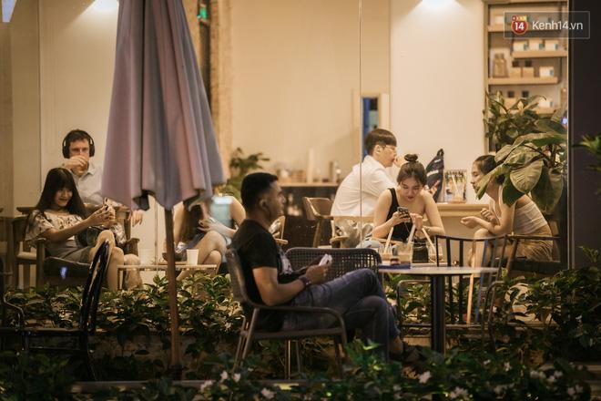 """Sài Gòn nhộn nhịp trong buổi tối nghỉ lễ đầu tiên: Khu vực trung tâm dần trở nên đông đúc, nhiều người lo sợ vẫn kè kè"""" chiếc khẩu trang bên mình-22"""