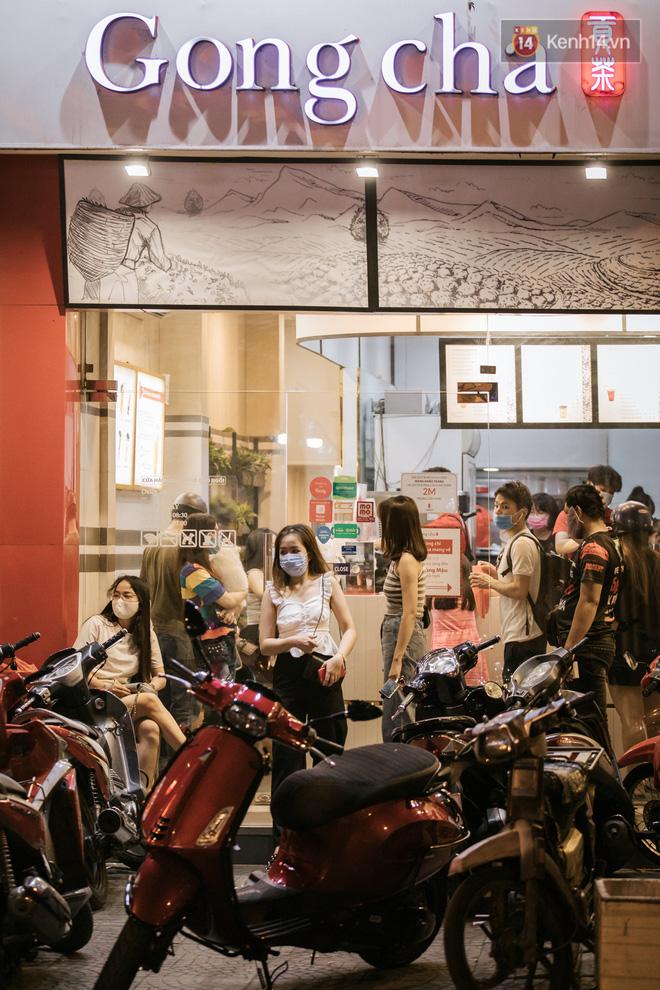 """Sài Gòn nhộn nhịp trong buổi tối nghỉ lễ đầu tiên: Khu vực trung tâm dần trở nên đông đúc, nhiều người lo sợ vẫn kè kè"""" chiếc khẩu trang bên mình-21"""