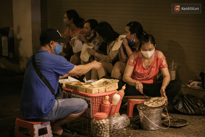 """Sài Gòn nhộn nhịp trong buổi tối nghỉ lễ đầu tiên: Khu vực trung tâm dần trở nên đông đúc, nhiều người lo sợ vẫn kè kè"""" chiếc khẩu trang bên mình-14"""