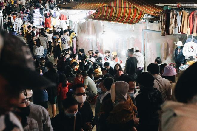 Chùm ảnh: Chợ đêm Đà Lạt đông kinh hoàng, khách du lịch ngồi la liệt để ăn uống dịp nghỉ lễ-8