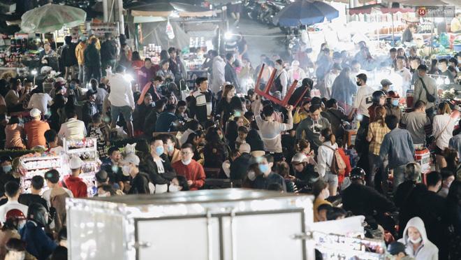 Chùm ảnh: Chợ đêm Đà Lạt đông kinh hoàng, khách du lịch ngồi la liệt để ăn uống dịp nghỉ lễ-11