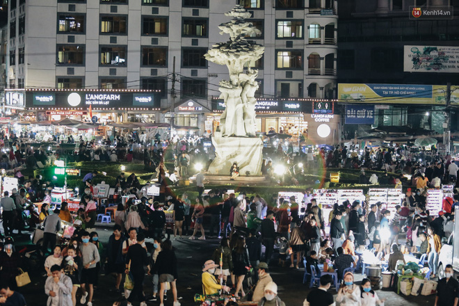 Chùm ảnh: Chợ đêm Đà Lạt đông kinh hoàng, khách du lịch ngồi la liệt để ăn uống dịp nghỉ lễ-1