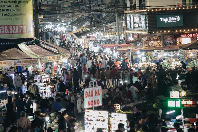 Chùm ảnh: Chợ đêm Đà Lạt đông kinh hoàng, khách du lịch ngồi la liệt để ăn uống dịp nghỉ lễ-2