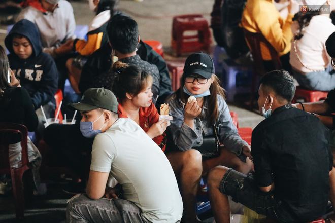 Chùm ảnh: Chợ đêm Đà Lạt đông kinh hoàng, khách du lịch ngồi la liệt để ăn uống dịp nghỉ lễ-7
