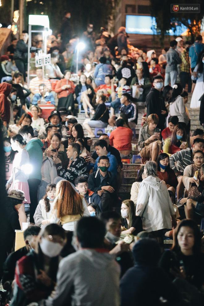 Chùm ảnh: Chợ đêm Đà Lạt đông kinh hoàng, khách du lịch ngồi la liệt để ăn uống dịp nghỉ lễ-3