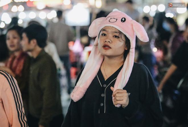 Chùm ảnh: Chợ đêm Đà Lạt đông kinh hoàng, khách du lịch ngồi la liệt để ăn uống dịp nghỉ lễ-12