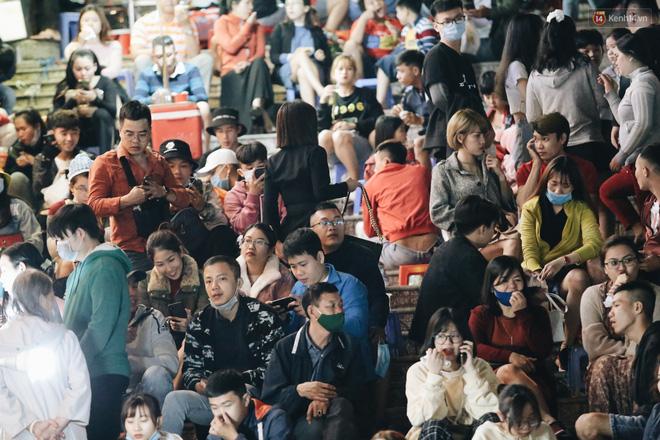 Chùm ảnh: Chợ đêm Đà Lạt đông kinh hoàng, khách du lịch ngồi la liệt để ăn uống dịp nghỉ lễ-4