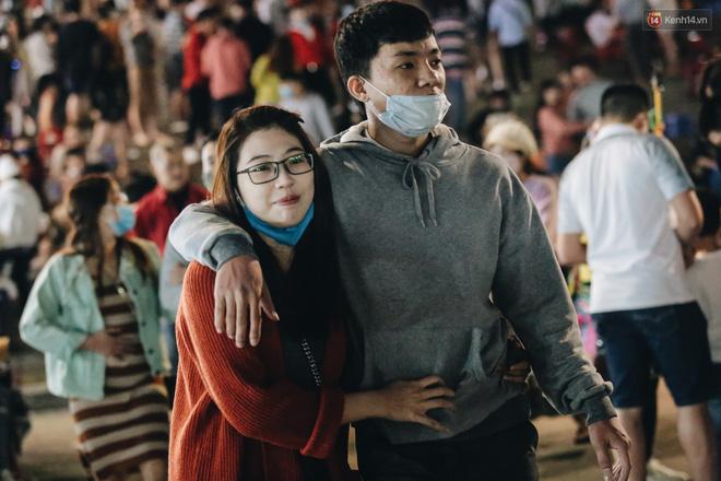 Chùm ảnh: Chợ đêm Đà Lạt đông kinh hoàng, khách du lịch ngồi la liệt để ăn uống dịp nghỉ lễ-13