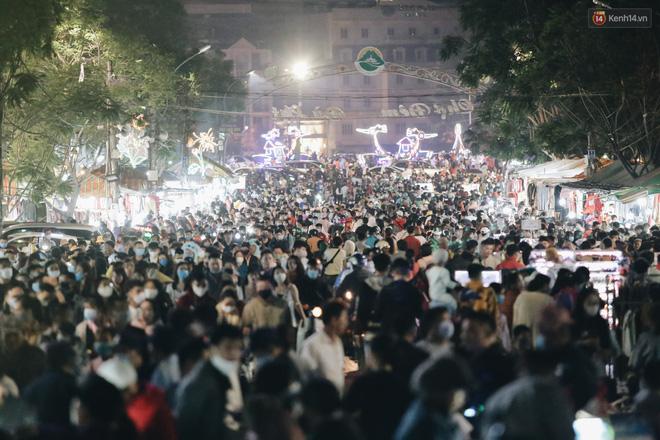 Chùm ảnh: Chợ đêm Đà Lạt đông kinh hoàng, khách du lịch ngồi la liệt để ăn uống dịp nghỉ lễ-5
