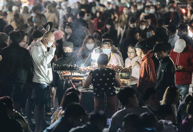 Chùm ảnh: Chợ đêm Đà Lạt đông kinh hoàng, khách du lịch ngồi la liệt để ăn uống dịp nghỉ lễ-6