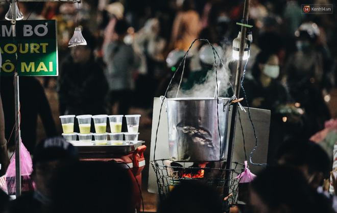 Chùm ảnh: Chợ đêm Đà Lạt đông kinh hoàng, khách du lịch ngồi la liệt để ăn uống dịp nghỉ lễ-10