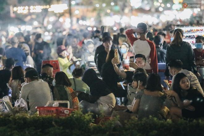 Chùm ảnh: Chợ đêm Đà Lạt đông kinh hoàng, khách du lịch ngồi la liệt để ăn uống dịp nghỉ lễ-9