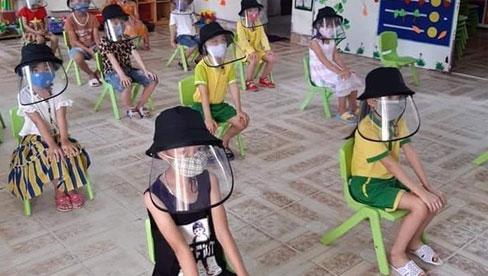 Chuyên gia cảnh báo nguy cơ cận thị, mỏi mắt nếu trẻ đeo nón tấm chắn trong lớp học