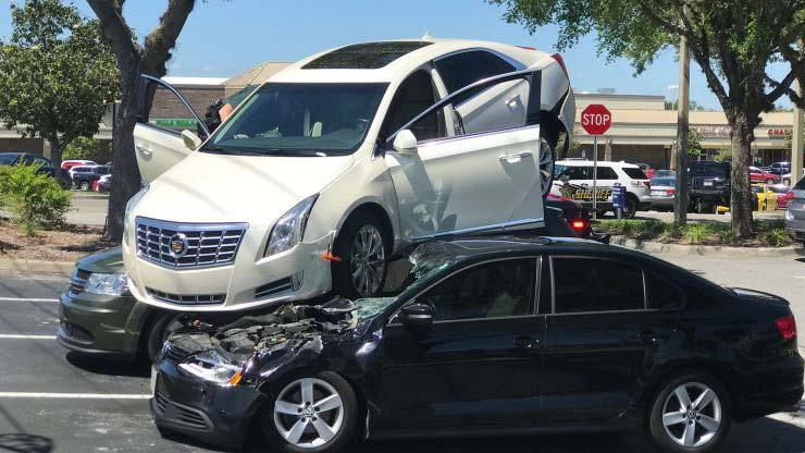 """Màn lùi xe tốc độ cao rồi """"hạ cánh"""" ngoạn mục trên nóc 2 ô tô khác"""