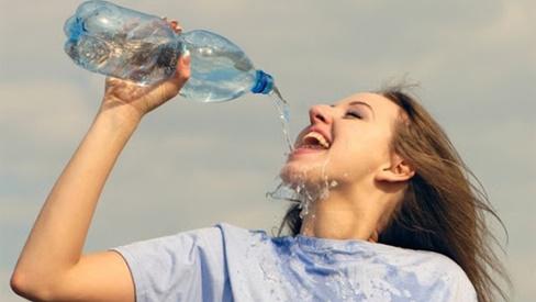 Mỗi ngày uống 5 lít nước trong 5 năm, người phụ nữ suýt chết: Cảnh báo cần uống nước đúng cách