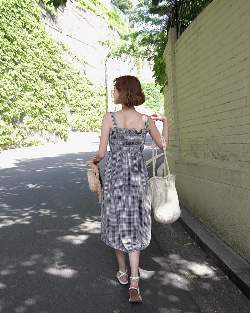 5 kiểu váy hai dây mát rượi, diện lại sang chảnh hết mức trong ngày hè nắng nóng-20