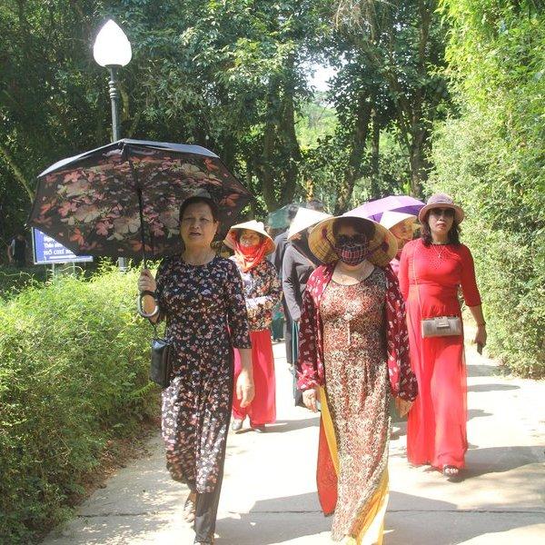 Tháng Năm dòng người tấp nập về thăm làng Sen quê Bác
