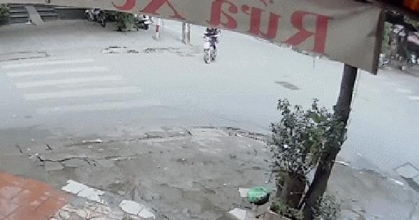 """Clip: Pha bẻ lái """"khét lẹt"""" của 2 cô gái khiến thanh niên đi xe máy ngã sấp mặt"""