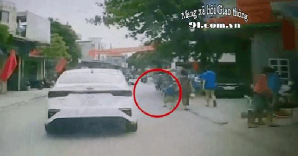 """CLIP: Đột ngột lao ra đường, bé trai khiến bà và mẹ """"đứng tim"""" khi chứng kiến ô tô cán qua"""