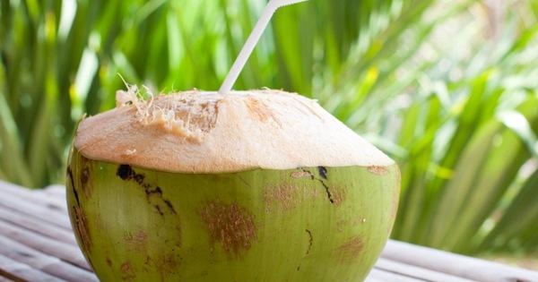 """Phụ nữ chăm uống nước dừa vào mùa hè sẽ vừa giảm cân, đẹp da lại nhận được hàng loạt """"tin vui"""" cho sức khỏe mà thuốc bổ cũng khó làm được"""