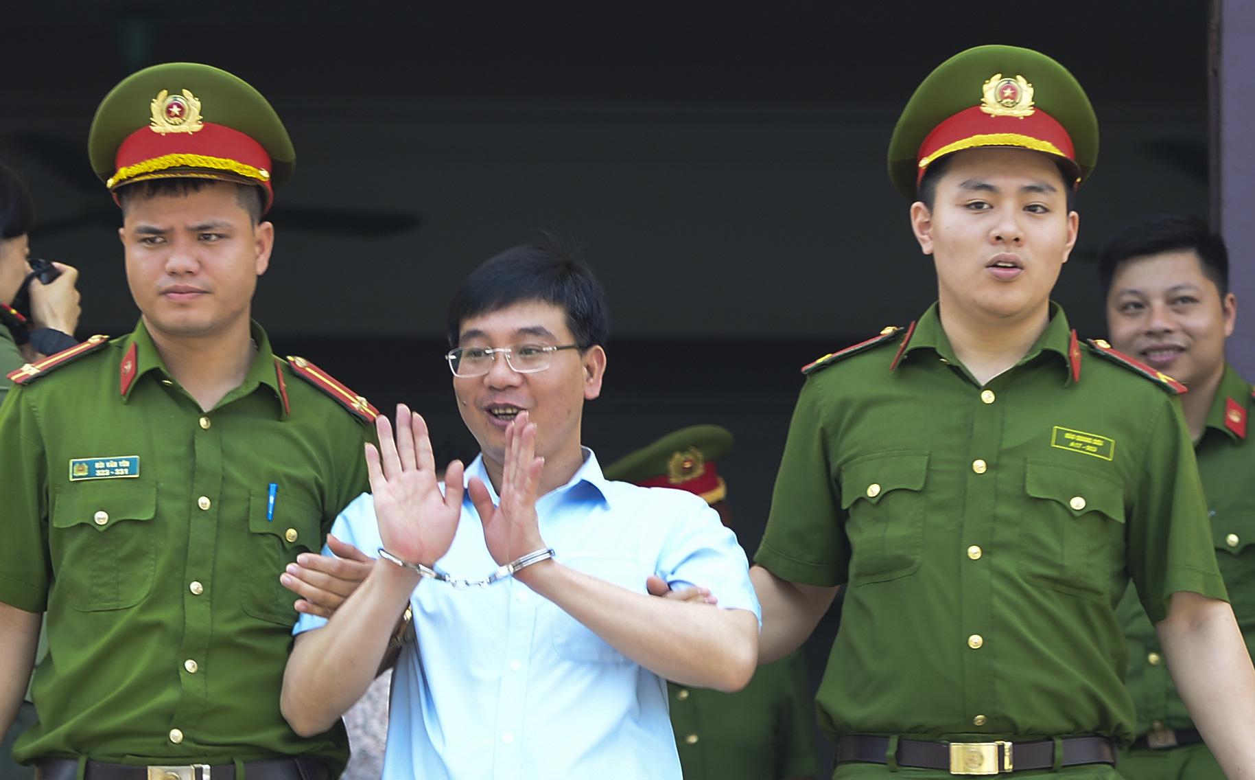 Kẻ khóc, người cười sau khi kết thúc phiên tòa sơ thẩm vụ án gian lận điểm thi ở Hoà Bình