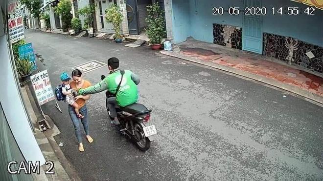 Bắt tài xế GrabBike có hành vi cướp giật điện thoại của người mẹ đang bồng con nhỏ ở Sài Gòn-1