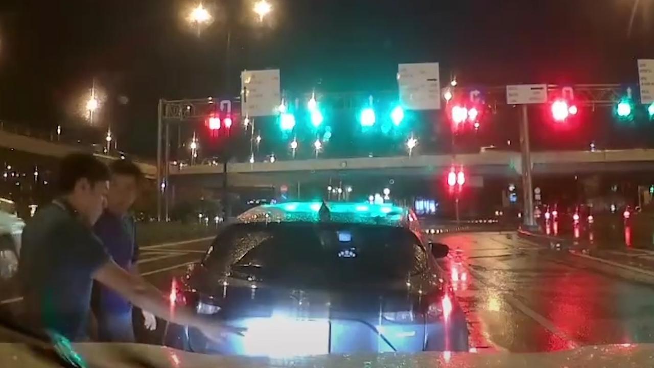 Bất cẩn để ô tô trôi lùi nhưng tài xế xuống bắt đền xe sau vì có…camera