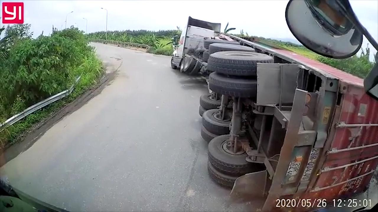 Ôm cua tốc độ cao khi lên cầu vượt, xe container lật giữa đường