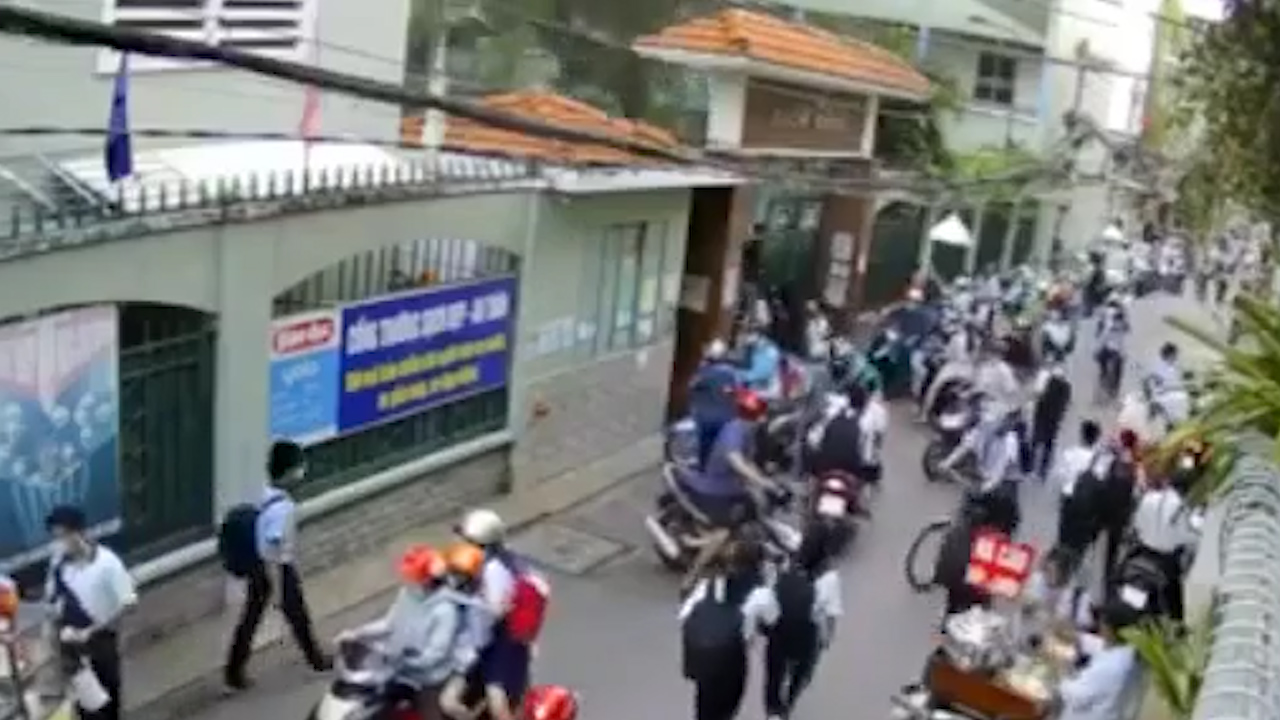 Khoảnh khắc cây bật gốc khiến 13 học sinh thương vong ở TP. Hồ Chí Minh