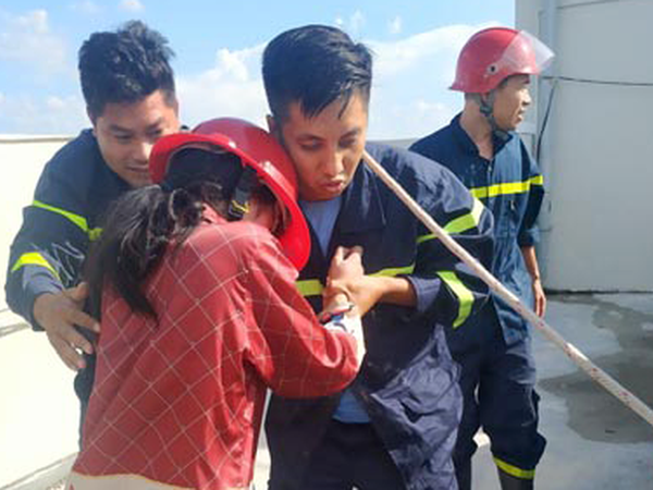 Hàng chục cảnh sát giải cứu thành công cô gái định nhảy lầu từ tầng 36 chung cư