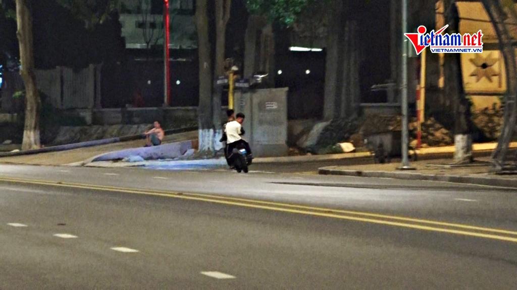 Nhóm thiếu niên lạng lách bốc đầu, quay clip khoe 'chiến tích' trên phố