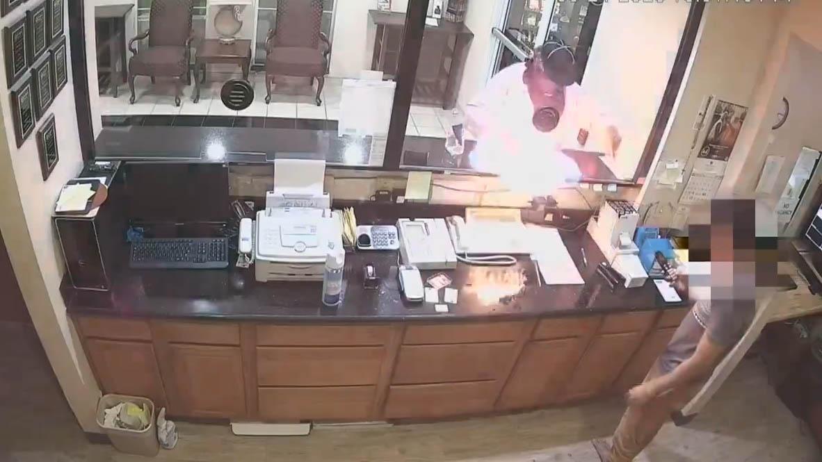 Tên cướp phun cả chai cồn lên nhân viên lễ tân để yêu cầu đưa tiền