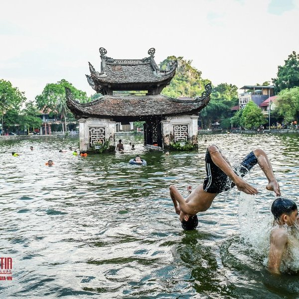 Người dân thích thú tắm hồ nghìn năm tuổi