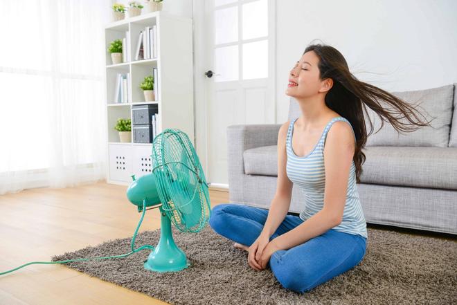 Bật quạt cả đêm, sáng dậy mặt bị cứng đờ, tê liệt: 5 điều cần lưu ý khi sử dụng quạt mùa hè-4