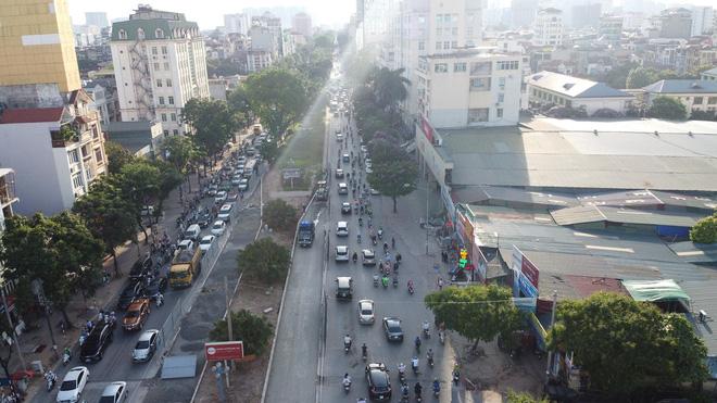 """Hà Nội: Giao thông ùn tắc, người đi bộ chặn đầu"""" xe buýt tại nút giao đang thi công đường vành đai 2,5-1"""
