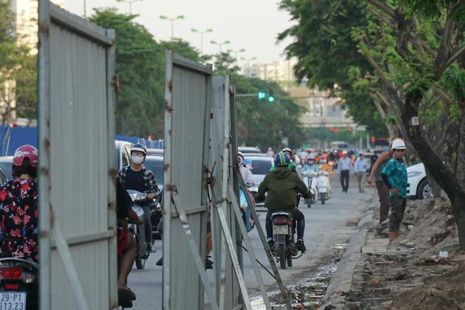 """Hà Nội: Giao thông ùn tắc, người đi bộ chặn đầu"""" xe buýt tại nút giao đang thi công đường vành đai 2,5-10"""