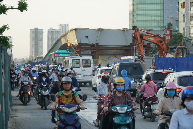 """Hà Nội: Giao thông ùn tắc, người đi bộ chặn đầu"""" xe buýt tại nút giao đang thi công đường vành đai 2,5-12"""