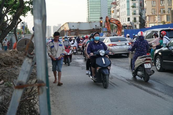 """Hà Nội: Giao thông ùn tắc, người đi bộ chặn đầu"""" xe buýt tại nút giao đang thi công đường vành đai 2,5-13"""