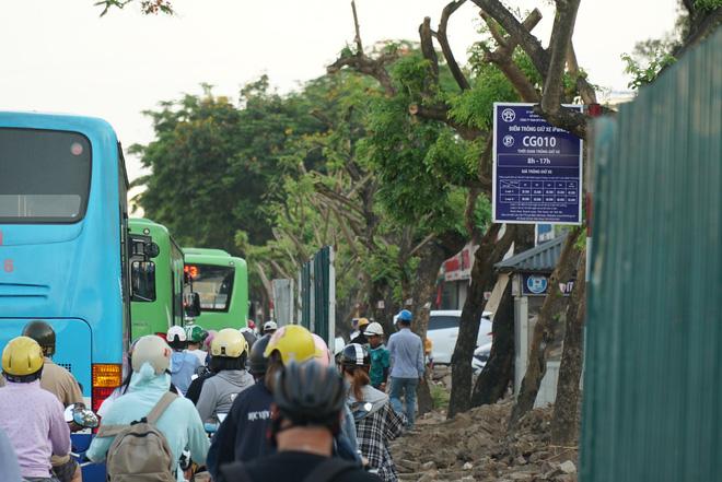 """Hà Nội: Giao thông ùn tắc, người đi bộ chặn đầu"""" xe buýt tại nút giao đang thi công đường vành đai 2,5-14"""