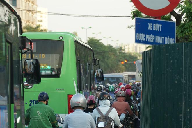 """Hà Nội: Giao thông ùn tắc, người đi bộ chặn đầu"""" xe buýt tại nút giao đang thi công đường vành đai 2,5-3"""