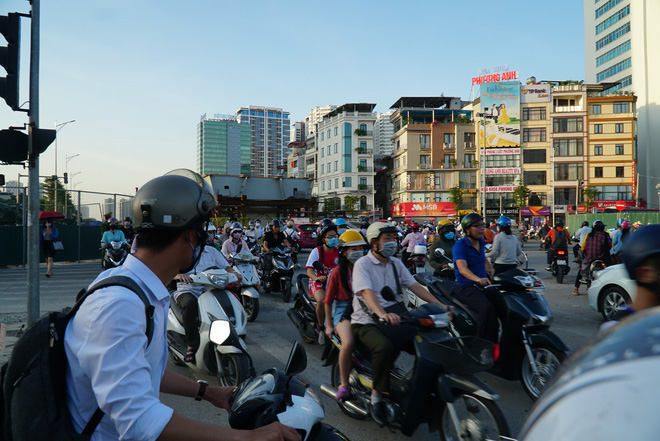 """Hà Nội: Giao thông ùn tắc, người đi bộ chặn đầu"""" xe buýt tại nút giao đang thi công đường vành đai 2,5-4"""