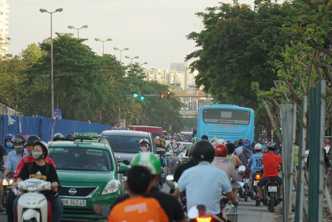 """Hà Nội: Giao thông ùn tắc, người đi bộ chặn đầu"""" xe buýt tại nút giao đang thi công đường vành đai 2,5-5"""