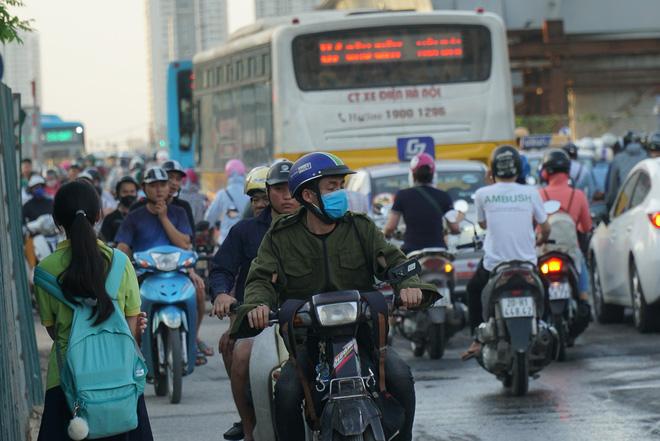 """Hà Nội: Giao thông ùn tắc, người đi bộ chặn đầu"""" xe buýt tại nút giao đang thi công đường vành đai 2,5-6"""