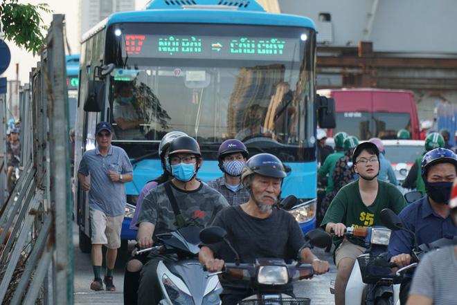"""Hà Nội: Giao thông ùn tắc, người đi bộ chặn đầu"""" xe buýt tại nút giao đang thi công đường vành đai 2,5-7"""