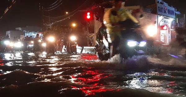 Ảnh: Nhiều tuyến phố Sài Gòn ngập sâu sau trận mưa lớn, người dân chật vật di chuyển về nhà trong đêm