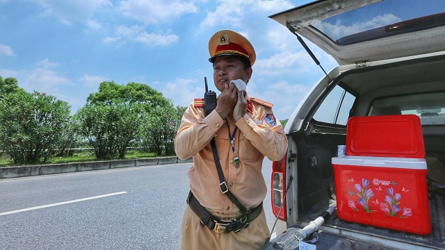 Cảnh sát giao thông phơi mình trong nắng bỏng rát làm nhiệm vụ