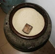 Chớ coi thường thùng gạo trong nhà, đặt gạo trong bình gốm mới đúng phong thủy