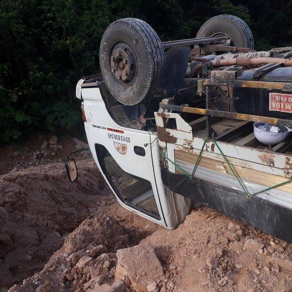 Lật xe chở 5 tấn thuốc nổ ở Quảng Trị