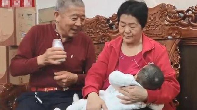 Niềm hạnh phúc làm cha mẹ của cặp đôi 70 tuổi thụ thai theo cách tự nhiên